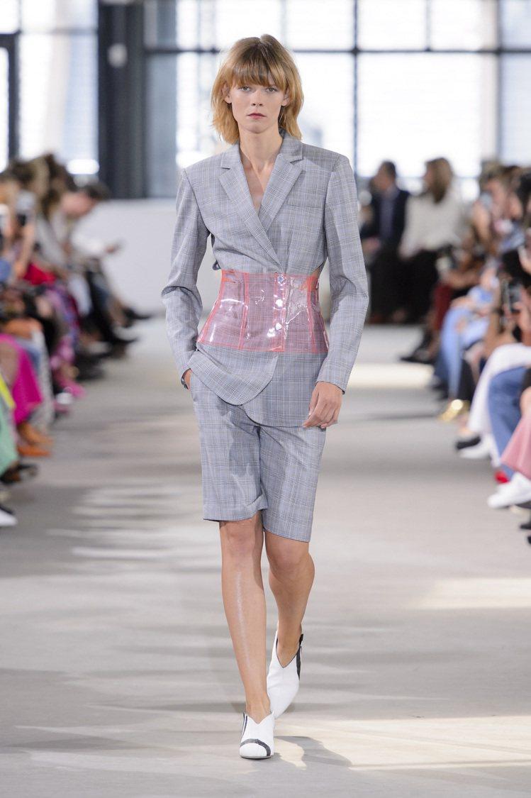 在西裝窄裙套裝加上PVC腰封,降低正裝的嚴肅。圖/摘自livingly.com