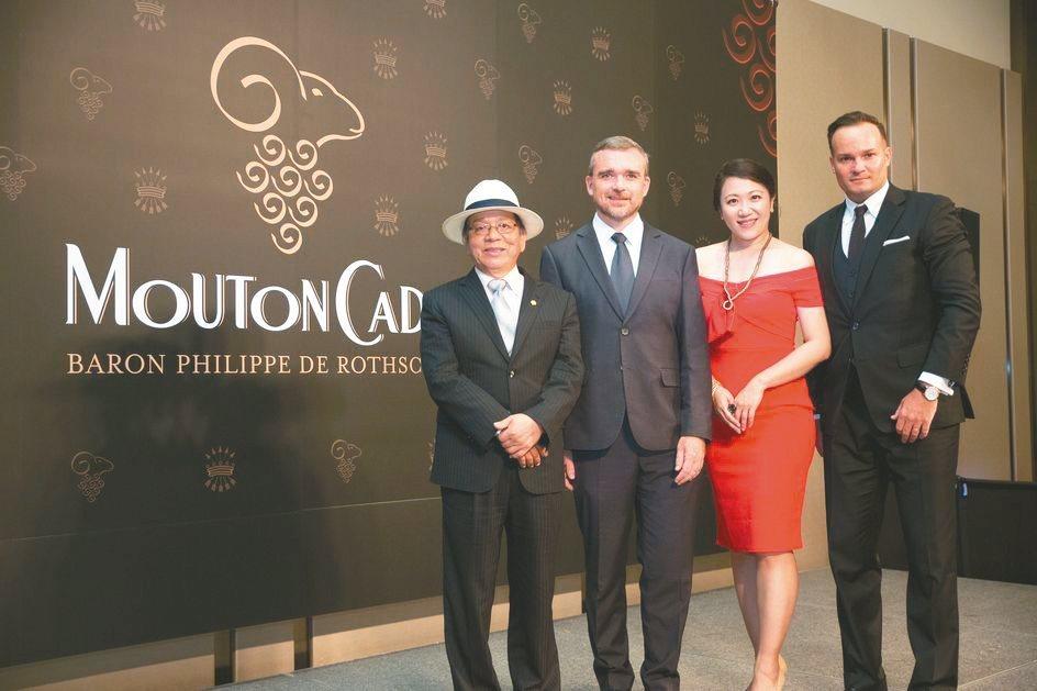 橡木桶洋酒董事長陳春安(左起)、寶龍菲力浦出口經理Christophe Goeh...