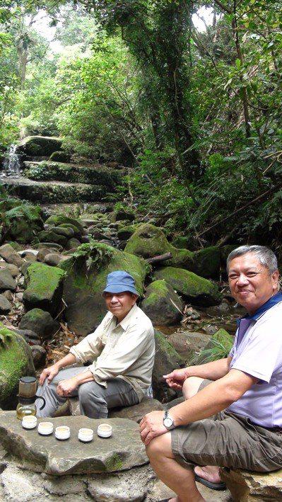 野溪、山林間來個自然茶席。 記者謝恩得/攝影