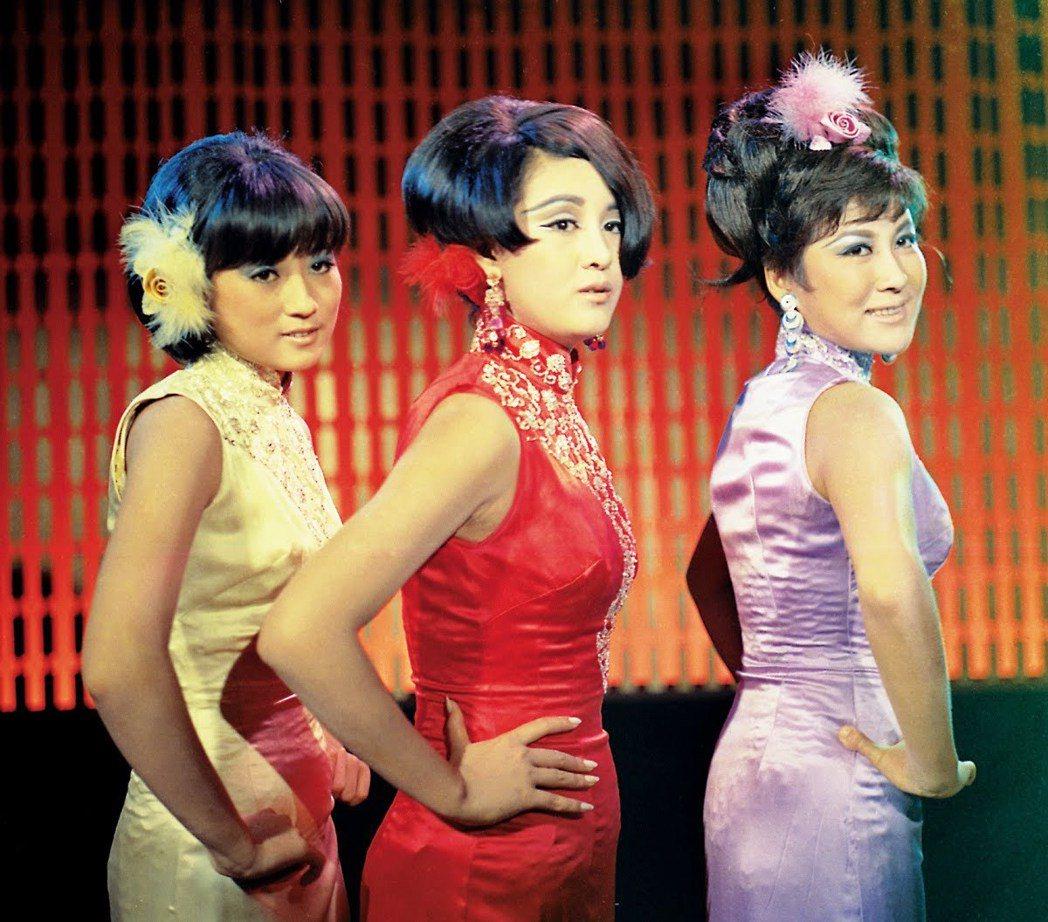 秦萍(左起)、何莉莉、丁珮在「釣金龜」有歌舞演出。圖/翻攝自YouTube