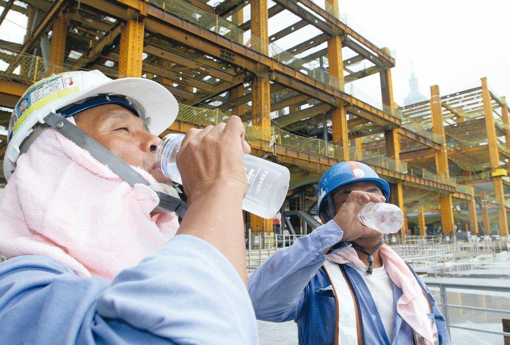 雖然時序入秋,但天氣依然躁熱,原本就有高血壓的65歲男性工頭日前胸悶心悸,在工地...
