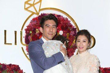 趙小僑與劉亮佐舉行婚宴,修杰楷(左)與賈靜雯(右)前來祝賀。記者陳立凱/攝影