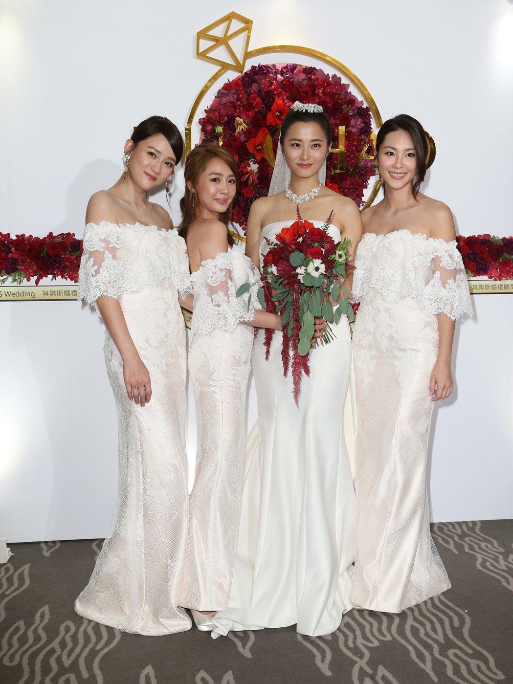 趙小僑 (右二)與劉亮佐舉行婚宴,陳喬恩(左起),賴薇如與屈尹絜擔任伴娘。記者陳...