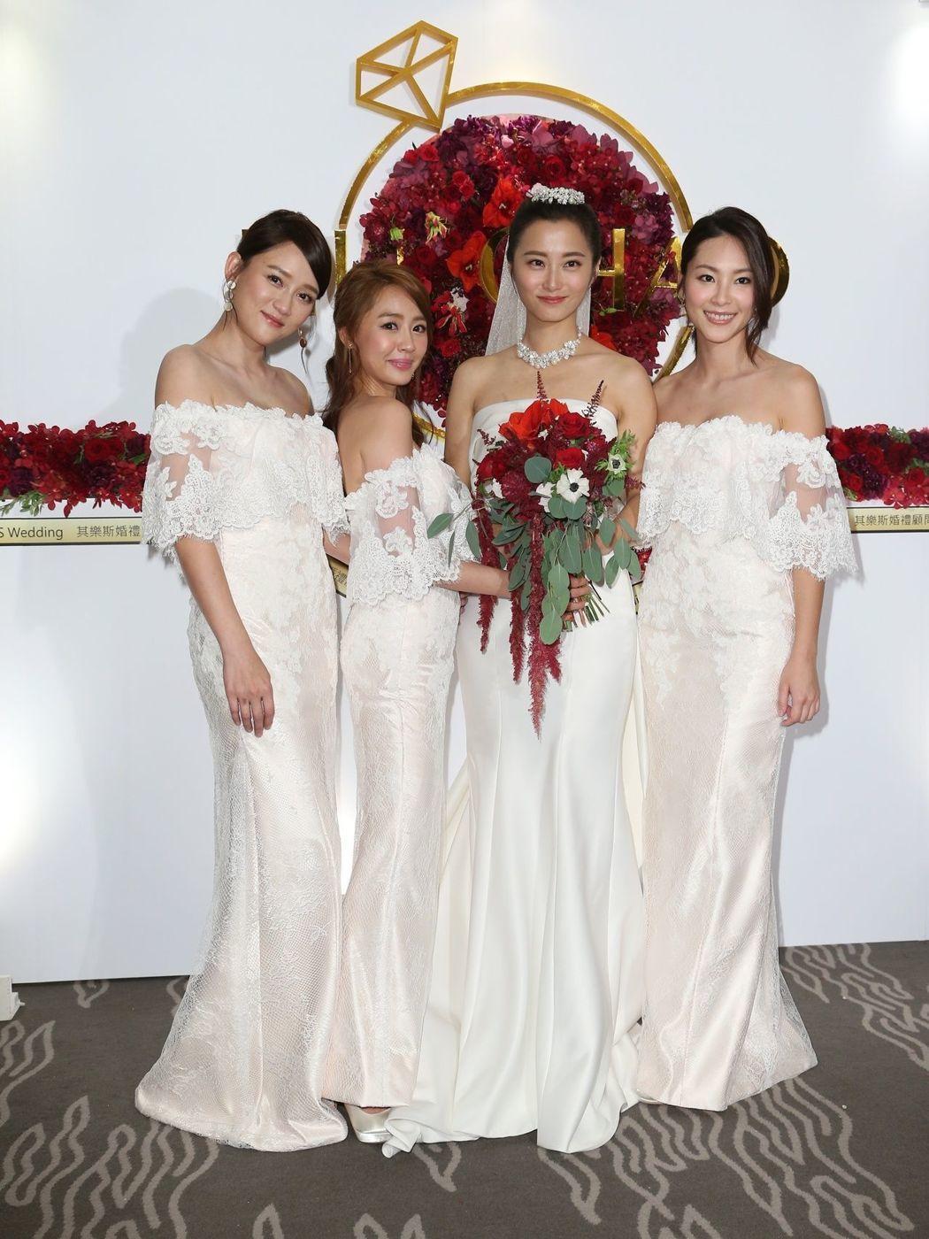 趙小僑 (右二)與劉亮佐舉行婚宴,陳喬恩(左起),賴薇如與屈尹絜擔任伴娘。記者陳