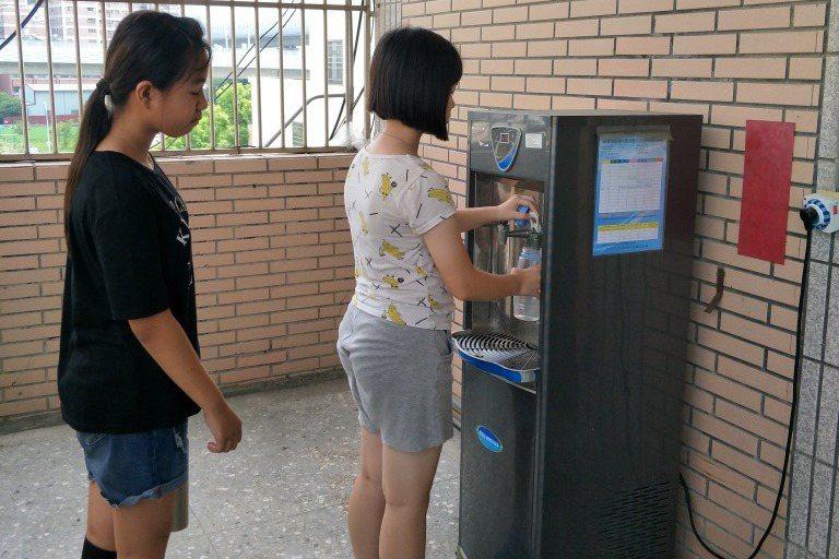 天氣熱,學生對飲水需求高。圖/台中市教育局提供