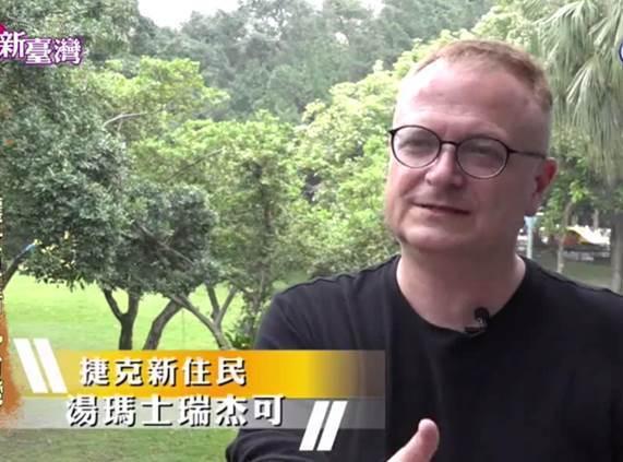 湯瑪士‧瑞杰可用畫筆推廣臺灣美好。圖/民視提供