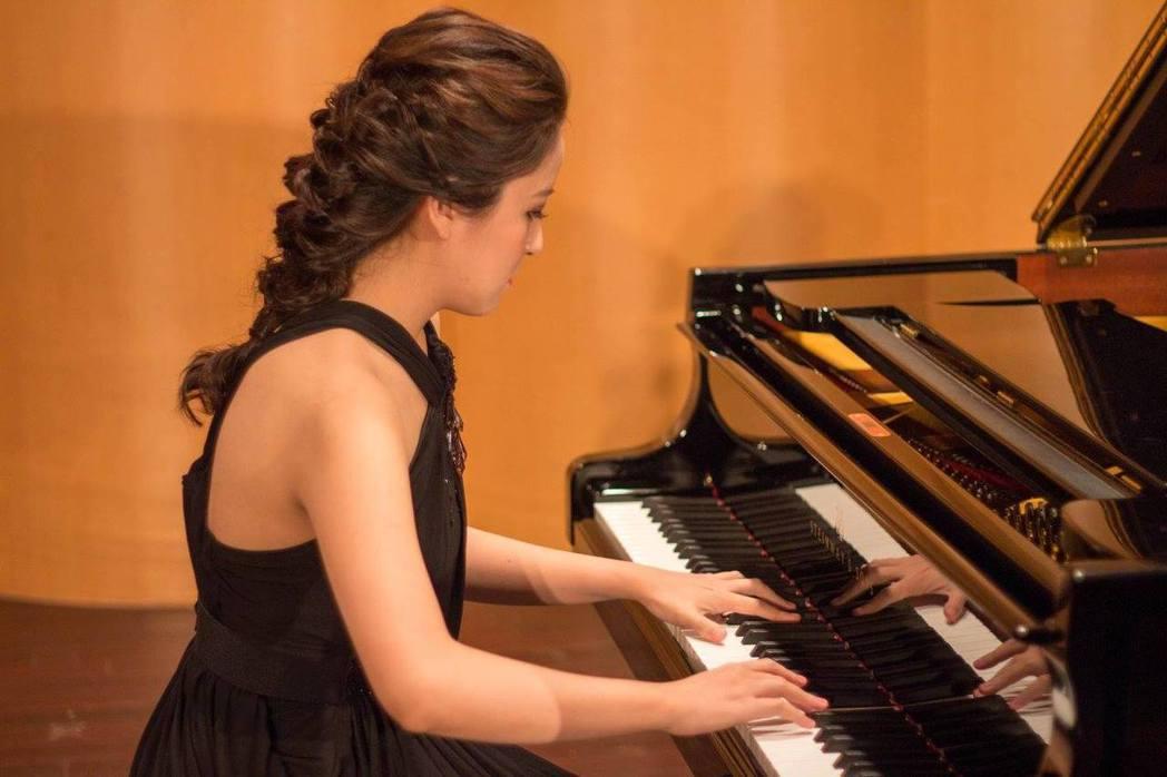 黃奕寧主修鋼琴長笛,演奏專注。圖/擷自黃奕寧臉書