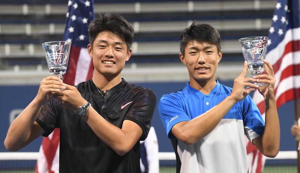 許育修(右)與吳易昺贏得美網青少年男雙冠軍。 記者許振輝/攝影