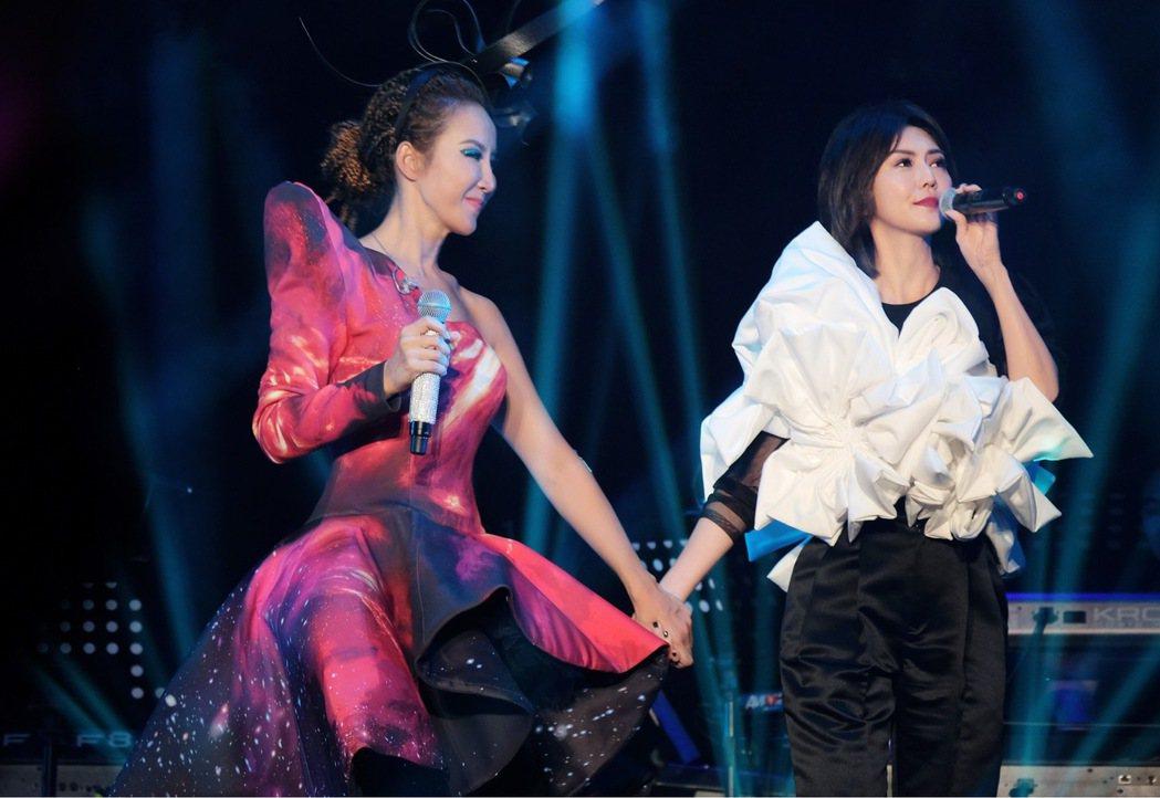李玟(左)在武漢開唱,孫燕姿擔任嘉賓。圖/萬力達娛樂提供