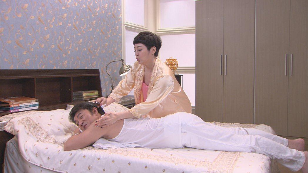 劉曉憶(右)與李(王羅)上演床戲。圖/台視提供