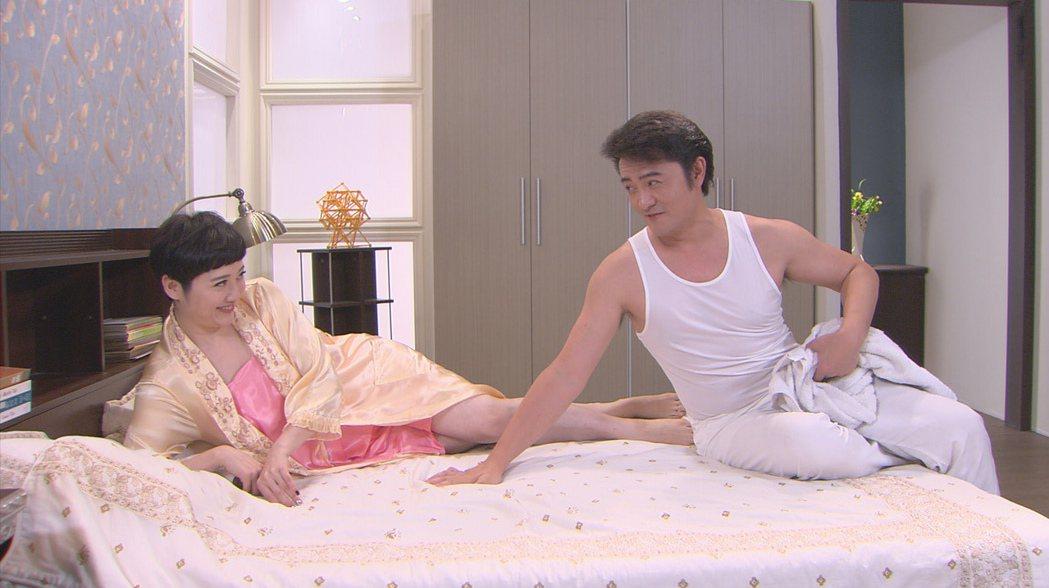 劉曉憶(左)與李(王羅)上演床戲。圖/台視提供
