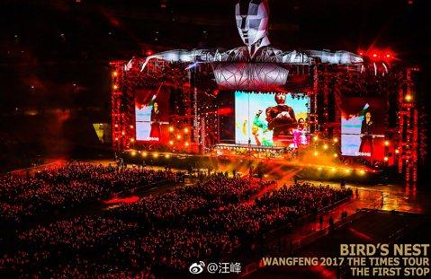 大陸歌手汪峰於9日晚上在北京舉辦巡迴演唱會,與8萬名粉絲同歡,還在演唱會上向老婆章子怡示愛,「我們像所有相愛的人一樣,享受著這份溫暖。真的要說一句,子怡,謝謝你,我愛你。」事實上他曾在4年前的上海演...