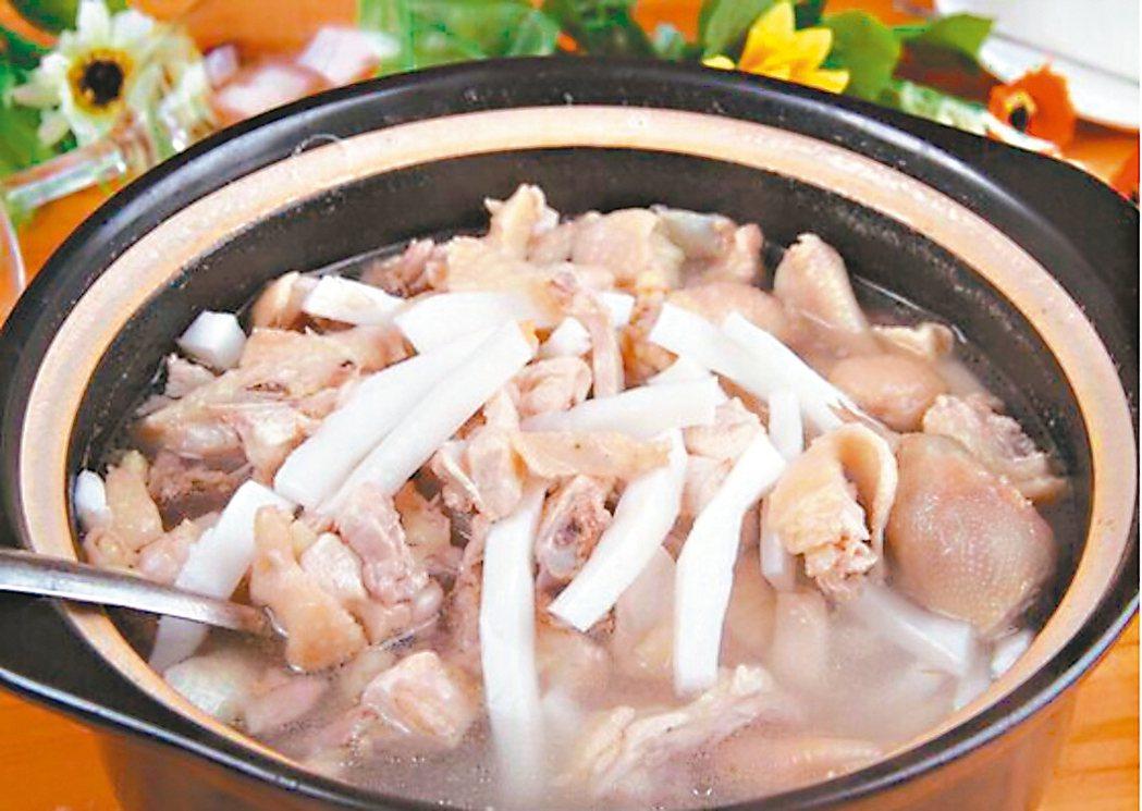 百分之百用椰青水的椰子雞火鍋,最近成為廣東和沿海一帶大熱門。 新浪微博