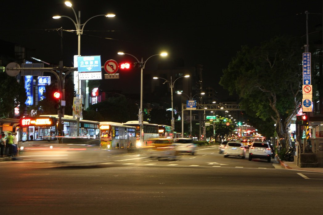 台北市路燈將汰換成LED燈,高壓鈉燈明年將步入歷史。圖/台北市公園處提供