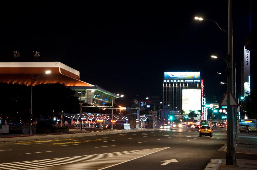 北市公園處預計明年再編列2.4億元,將路燈全面換成LED燈。圖/台北市公園處提供
