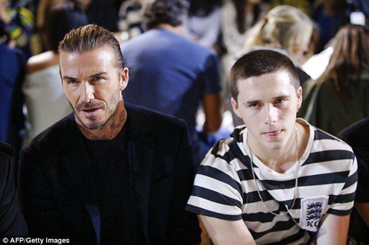 布魯克林穿了一身Kent & Curwen的黑白條紋衣與老爸一起現身秀場。圖/摘...