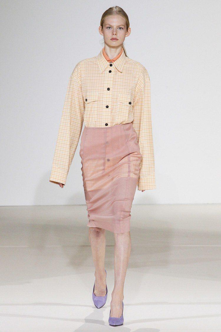 在襯衫、窄裙、西裝、風衣等單品中融入近來非常受歡迎的潮流元素,像是oversiz...