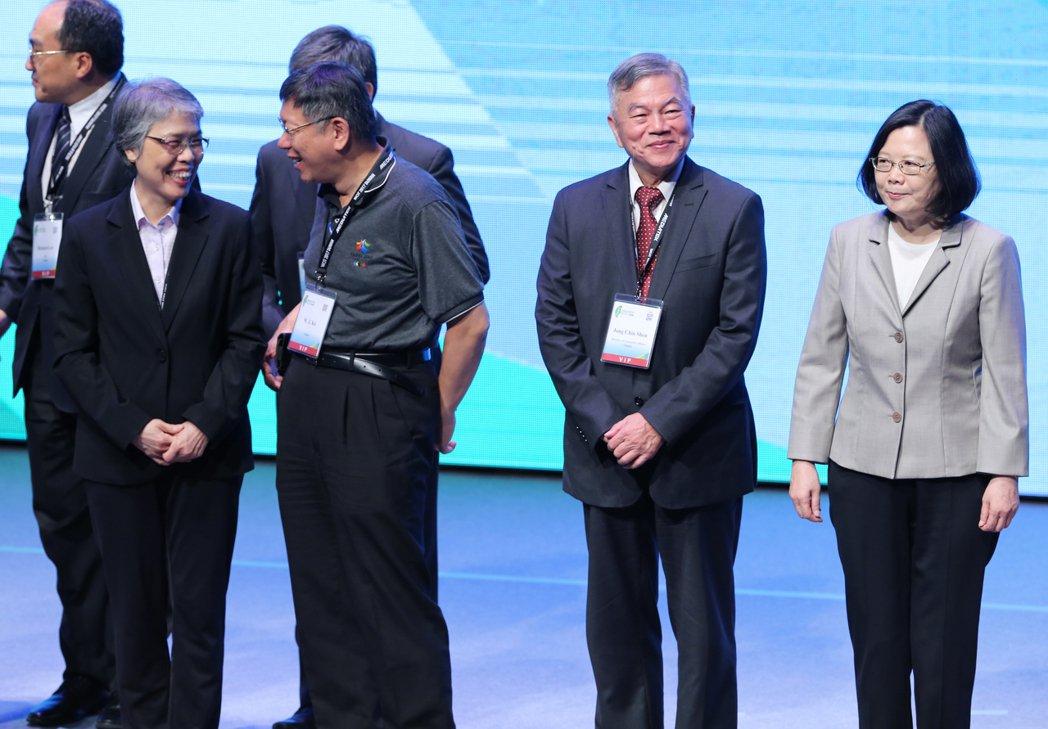 世界資訊科技大會在台北舉行,蔡英文總統(右一)與台北市長柯文哲(左二)出席。 本...