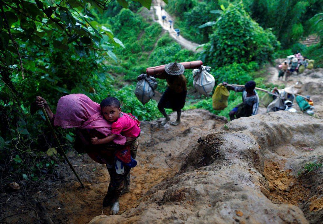 洛興雅難民翻山越嶺逃往孟加拉。 路透