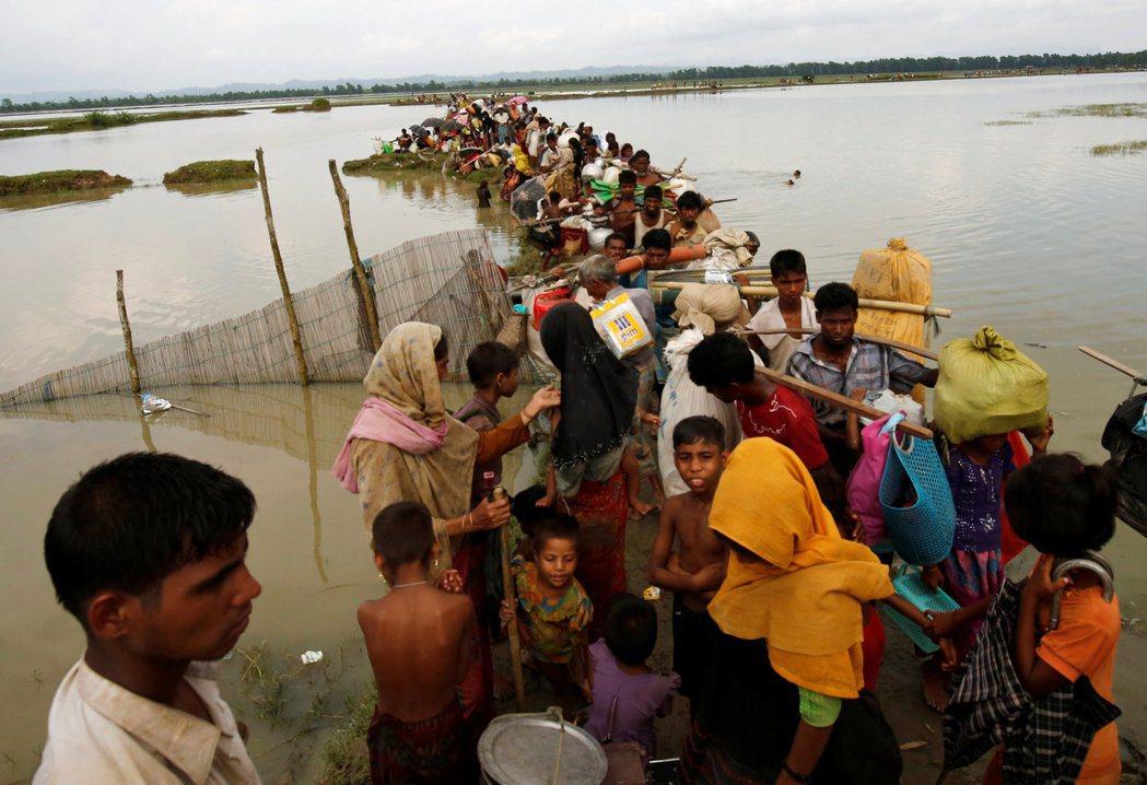 逃抵孟加拉的洛興雅難民等待船隻渡河。 路透