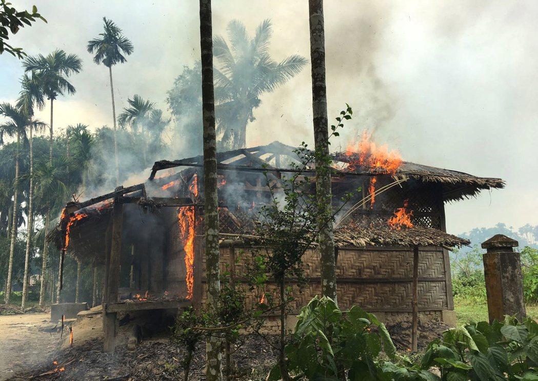 緬甸若開邦一棟洛興雅人的房子7日遭人縱火。 美聯社