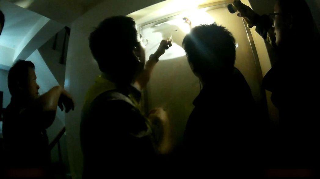 全台大停電當天,台中警消救出受困電梯民眾。 圖/警方提供
