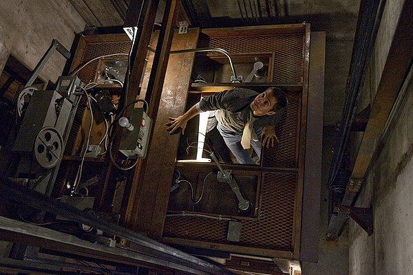 受困電梯可以爬天花板?那只是電影特效。圖為電影「惡靈電梯」片段。 圖/摘自網路