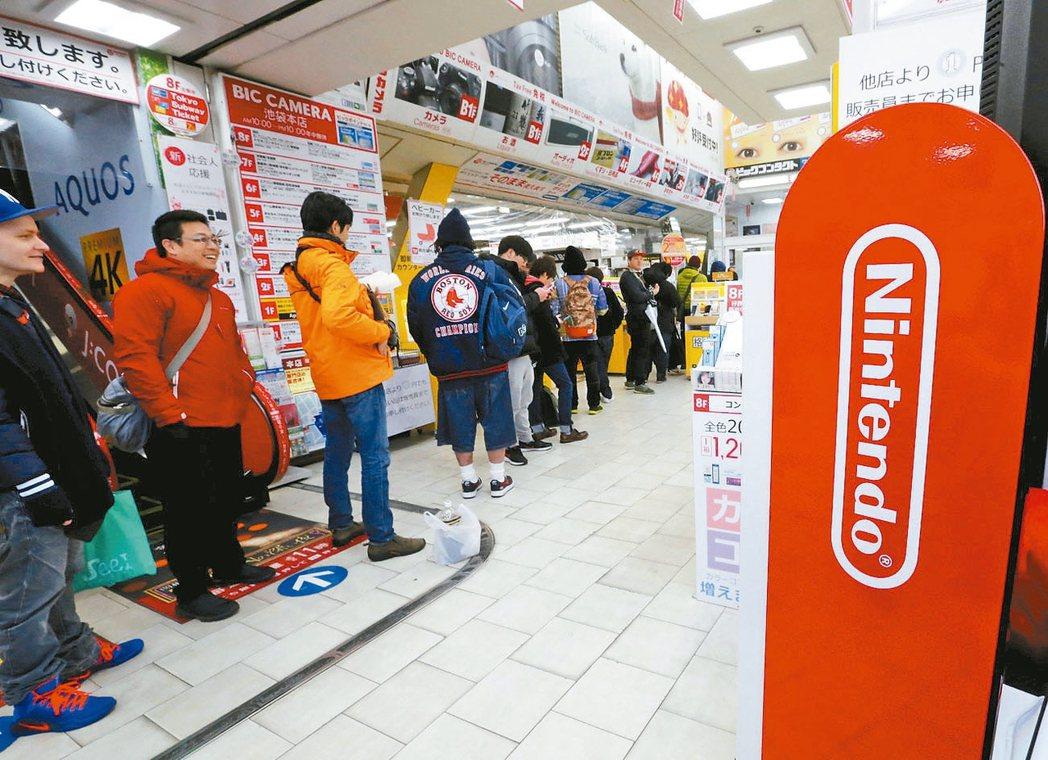 任天堂新一代遊戲機Switch上市後一路熱賣。 路透