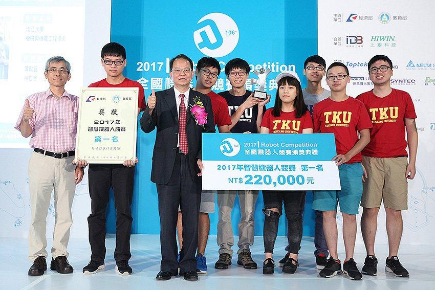 2017年智慧機器人競賽第一名得獎隊伍。 工業局/提供