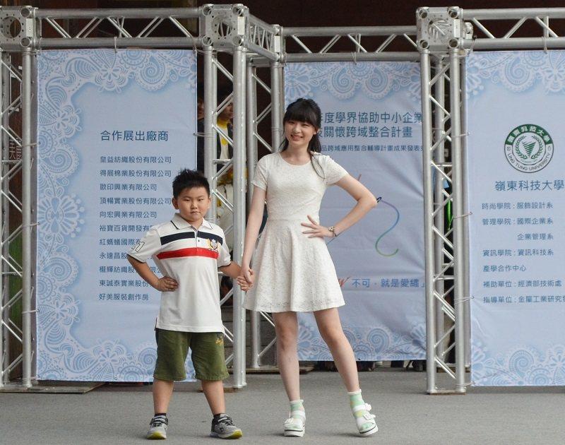 嶺東科大服飾設計系清純美麗模特兒與可愛童模共同展示計畫成果產品。 嶺東科大/提供