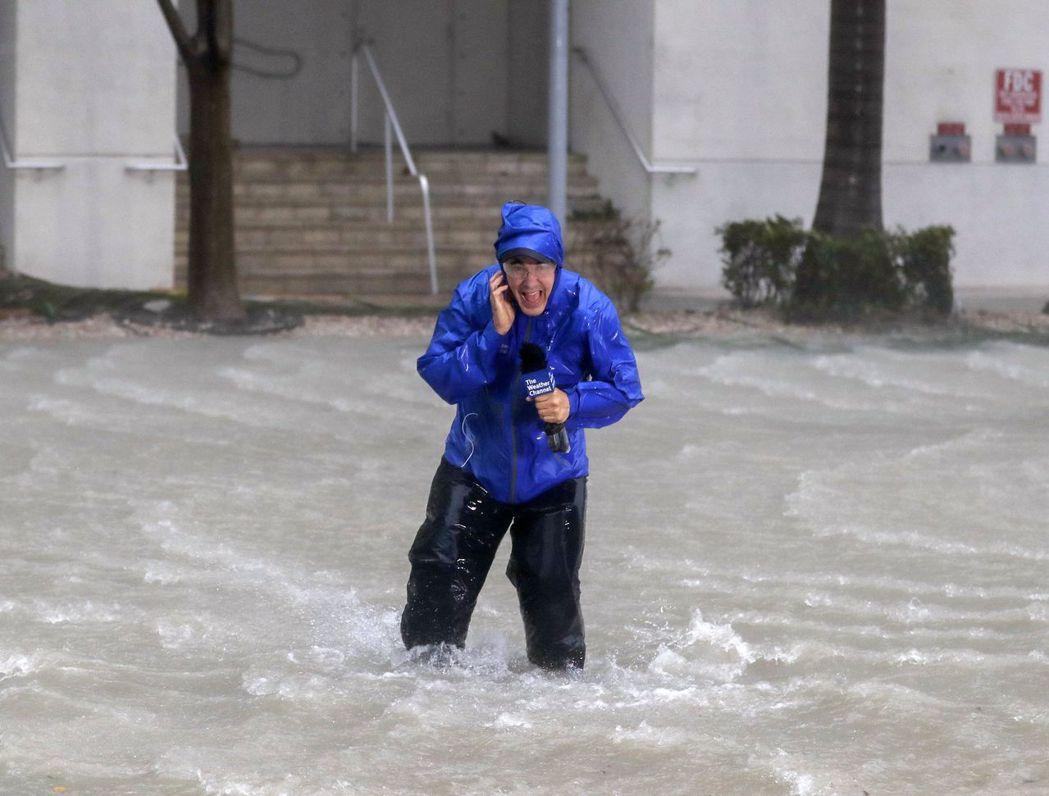 颱風天冒著生命播報,全世界的記者都一樣。 歐新社