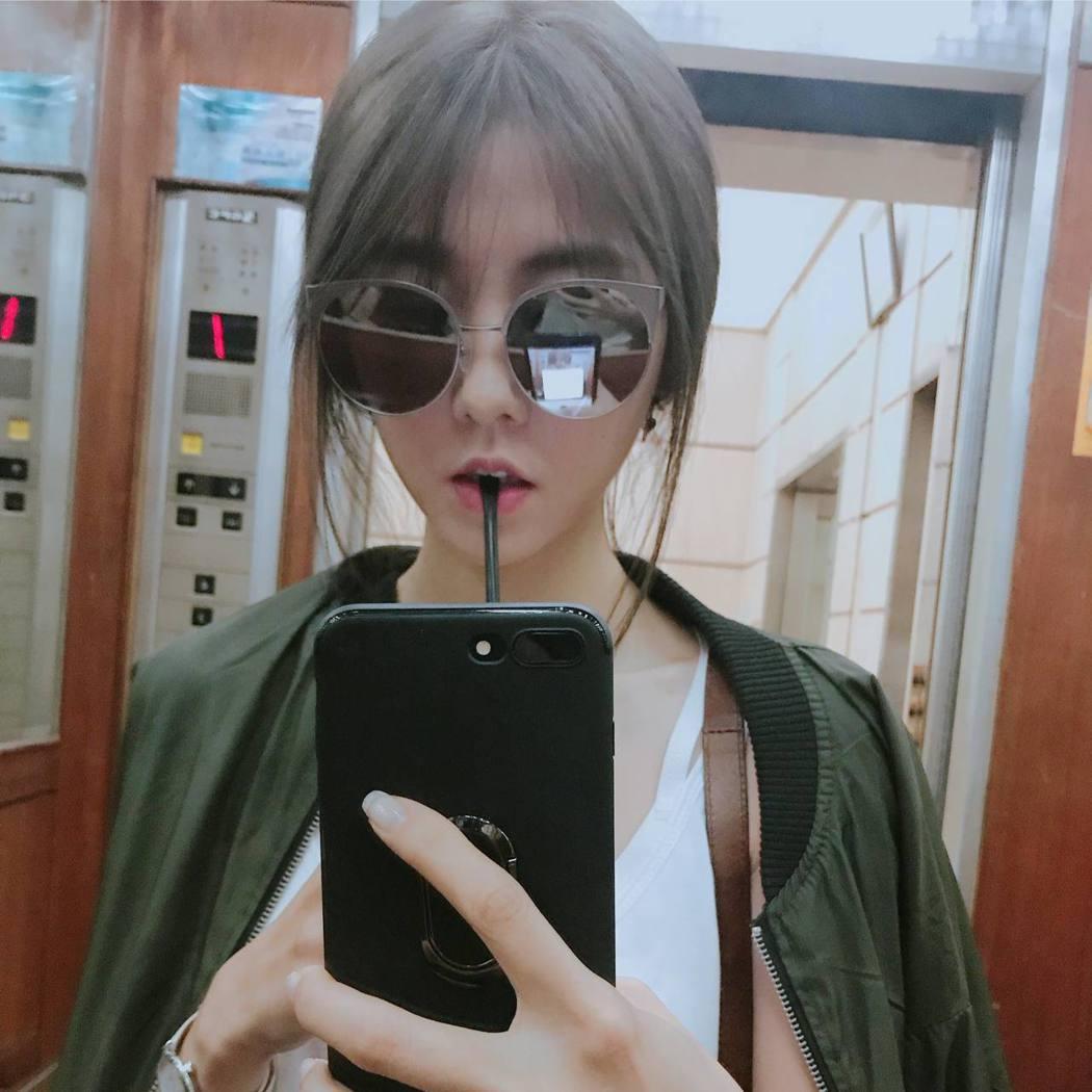 邵雨薇近日換髮色,嘗試用了日本流行的灰棕色。 圖/擷自臉書