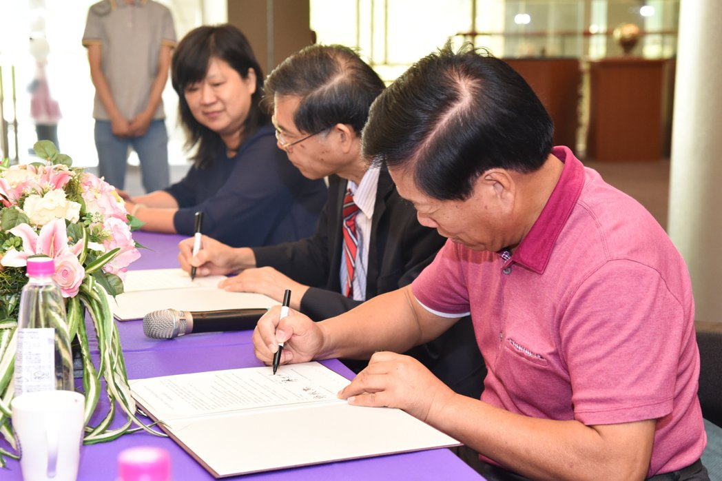 此次簽約儀式,由明道大學校長郭秋勳、漢光果菜生產合作社理事主席廖丁川,雙方代表簽...