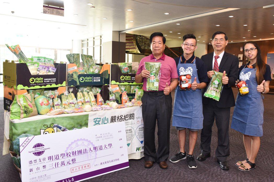 兩位馬來西亞籍學生在漢光果菜生產合作社實習,行銷系大四生林勇彪(右三)、時尚系大...