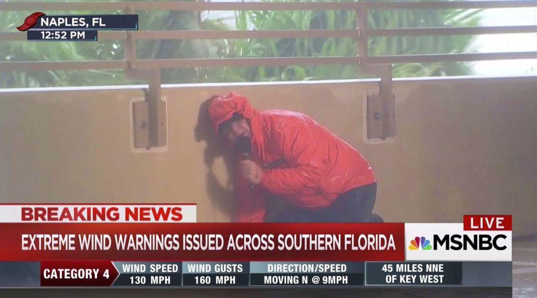 記者在狂風暴雨中播報風災,引發民眾質疑其必要性,圖為MSNBC記者10日在佛州報...