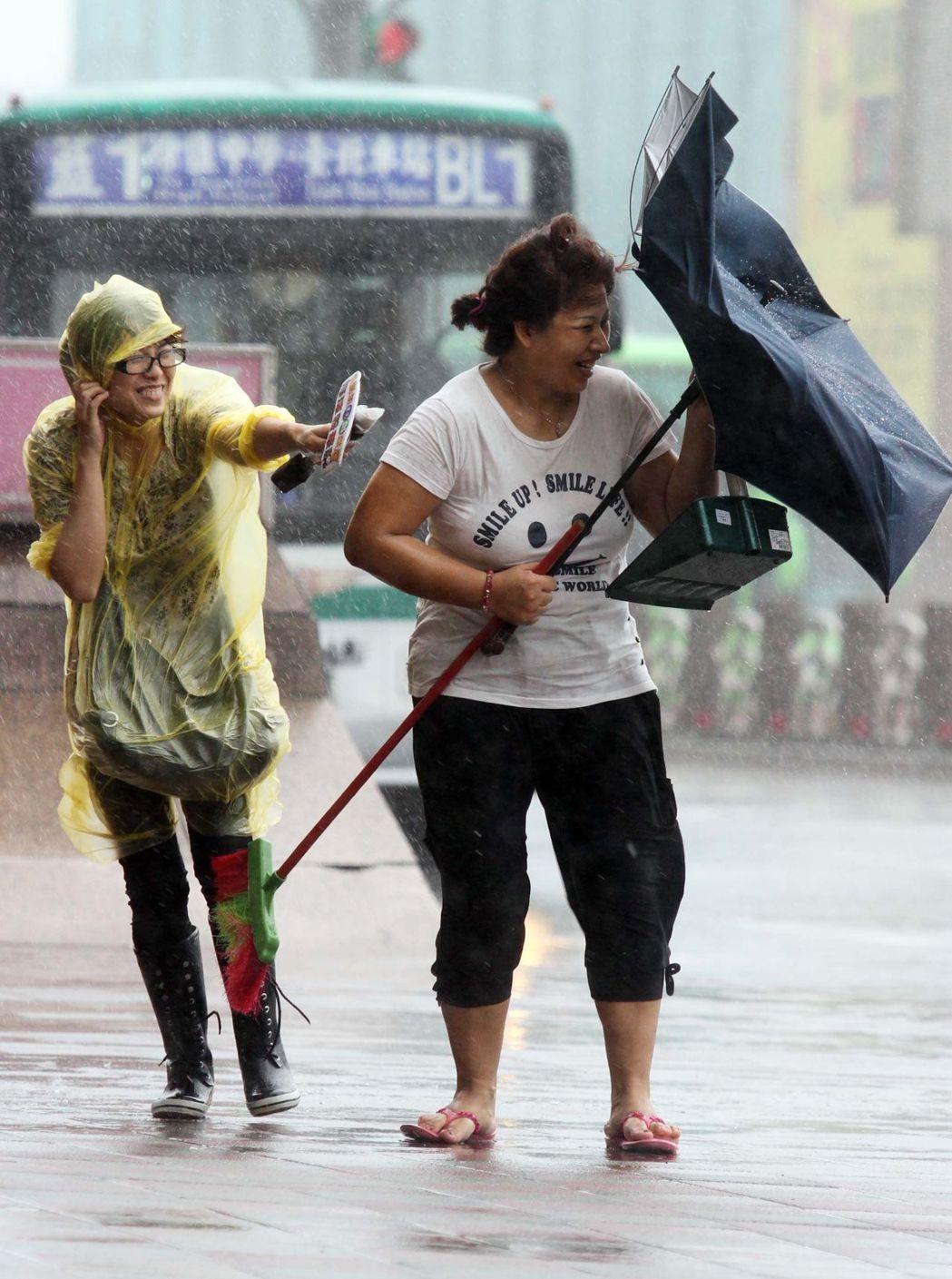 颱風天記者為了傳遞最新訊息給社會大眾,不畏風雨站上第一線。 報系資料照片