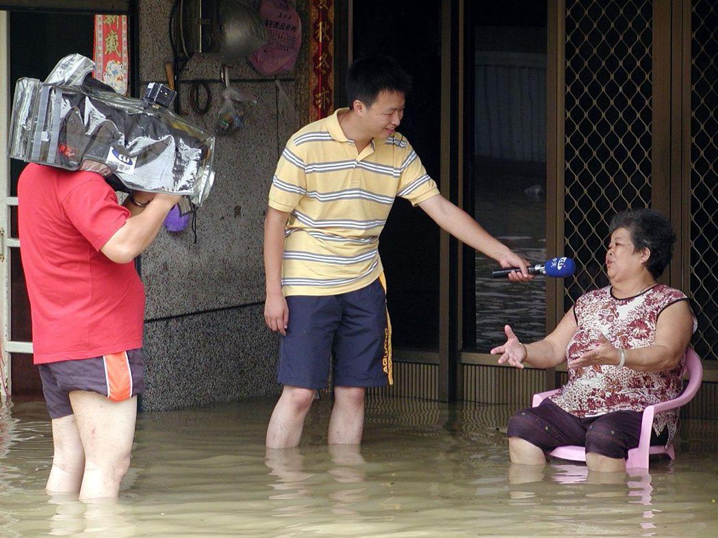 每年逢颱風季,國人都可以看到電視台記者在外立即實況轉播。 報系資料照片