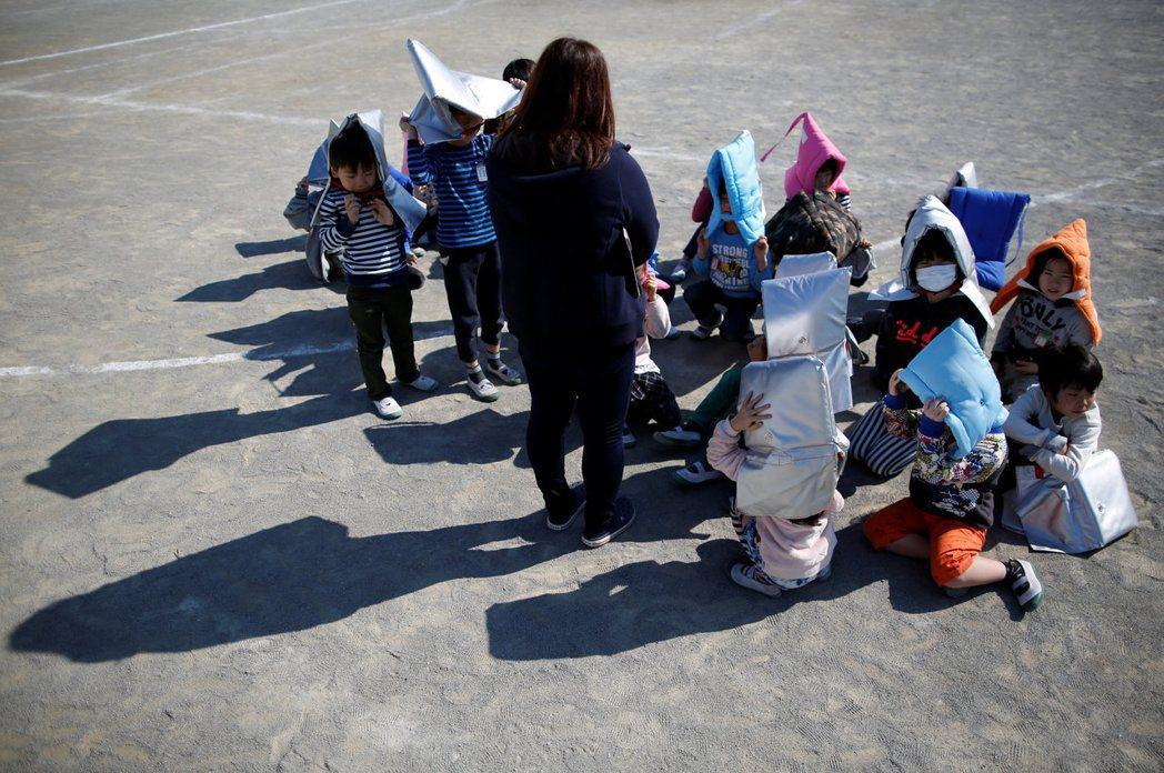 抱頭蹲下、前往小學、地區活動中心集合,當飛彈真的來襲,這些「防空演習」的動作能有...