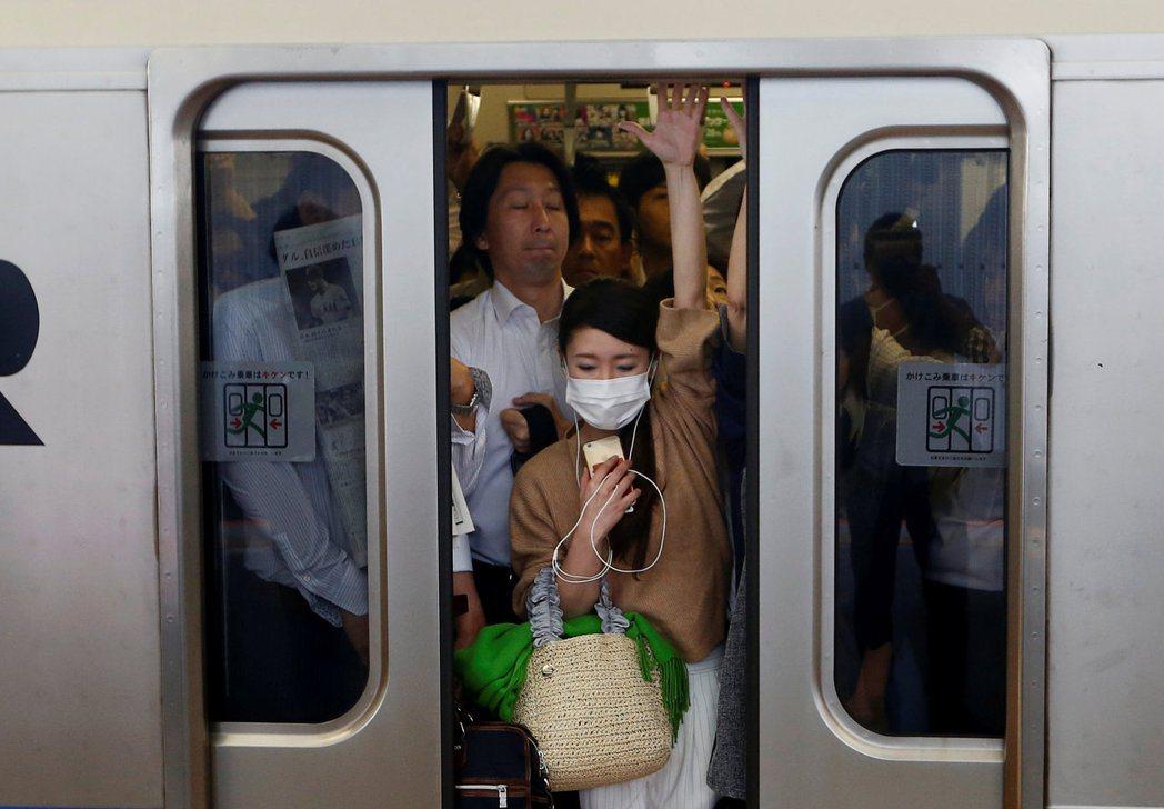 「朝鮮:『日本人飛彈當頭還堅持通勤,是瘋了嗎?』」 圖/路透社