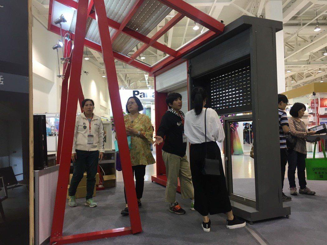 白陽通公司出產的「節能捲窗」於今年建材展上大放異彩,被詢問度高。 黃啟銘/攝影。
