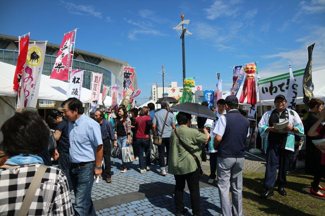 和牛奧林匹克會場外,各地政府都幫自家牛設立了攤位,努力宣傳。 東京記者蔡佩芳/攝...
