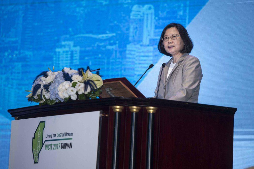 蔡總統表示打造一個適合產業創新的制度環境,是政府最核心的任務,並朝向實現「數位國...