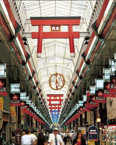 日本最長的商店街橫跨多個車站,天花板上的紅色鳥居裝飾是其特徵。