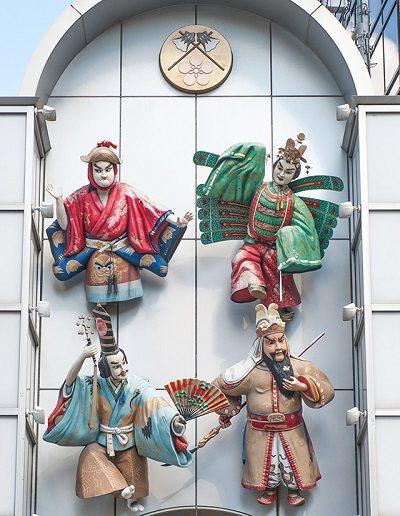 在商店街入口上方有巨大的人偶,取自於大阪夏季盛大的「天神祭」中出現的各種角色,有...