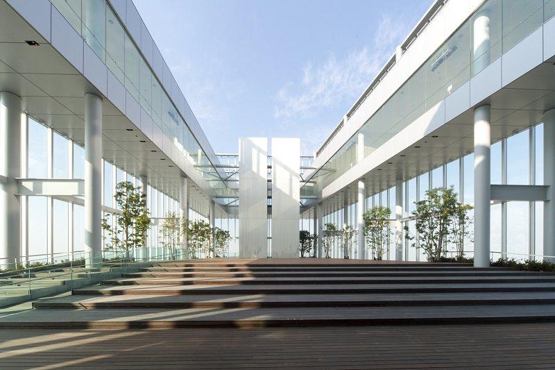 位於58樓的天空庭園,能從室外感受藍天,深入天空之中。