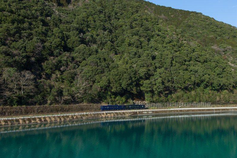藍色與綠色車廂與周邊群山和球磨川景致完美融合成如畫美景。