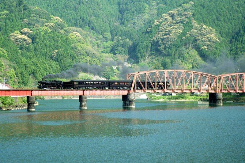 球磨川上的古老鐵橋與懷舊的SL蒸氣列車交織成絕美景致。