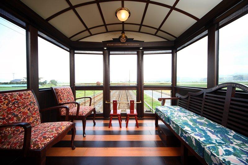 3號車廂的展望休息廳,奢華的空間設計搭配沙發,還有整面落地窗輕鬆欣賞車外風景。