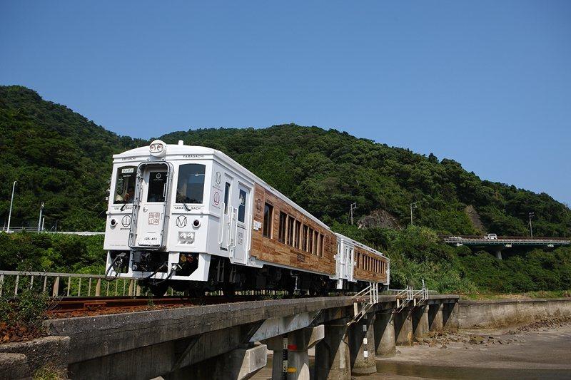 白色的車身搭配飫肥杉的原木色調,與周邊山海美景交織出獨特畫面。