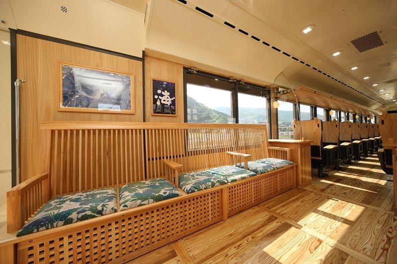 2節車廂都設有寬敞的沙發座,能自在地享受悠閒行程。